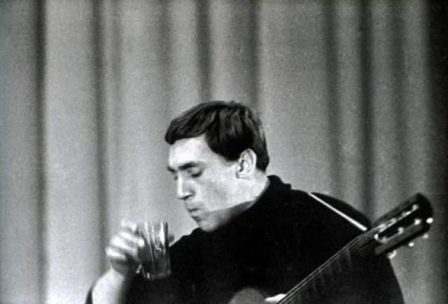 Многие друзья Высоцкого упорно говорят о том, что Владимир Семенович предпринимал многочисленные попытки покончить с наследственным алкоголизмом. Лечился в больницах, соглашался на вшивку диковинных в Советском Союзе эспералей.