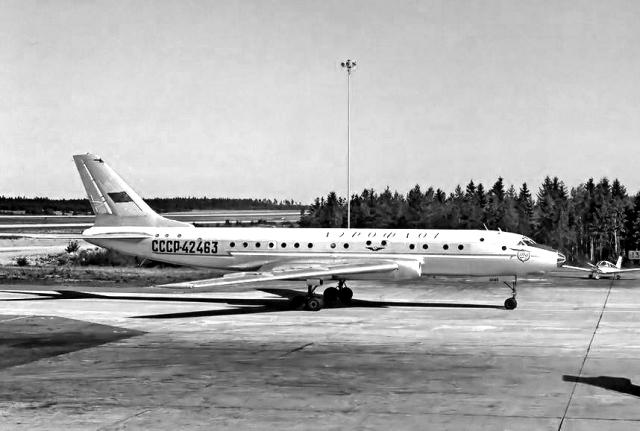 Ту-104А был выпущен ХГАПП 26 апреля 1958 года. Салон имел пассажировместимость на 70 мест, впоследствии уплотнен до 85.