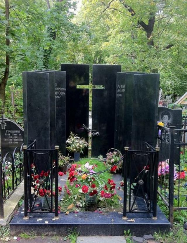 В течение двух дней проводились мероприятия по поддержке дыхания и сердцебиения. Актер скончался 16 августа в 5:35 утра. Андрея Миронова похоронили 20 августа 1987 года на Ваганьковском кладбище в Москве (участок № 40).