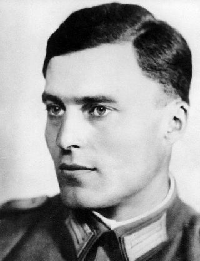По долго планируемому заговору, Гитлера должен был убить взрыв: полковник вермахта Клаус фон Штауффенберг должен был внести портфель со взрывчаткой в бункер на совещание с Гитлером.