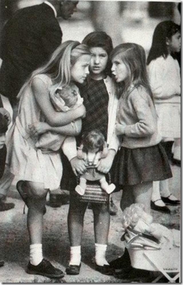Фотограф подловил трех американских девочек, сплетничающих на одной из аллей Севиллы, Испания. Довольно долго почтовая открытка с этим изображением была самой популярной на территории США.