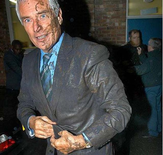 Декабрь 2004: демонстрант, действовавший «от имени ислама», бросил в известного британского телеведущего и журналиста Роберта Килрой-Силка ведро с жидкой глиной, когда тот прибыл на запись передачи на радио BBC в Манчестере.
