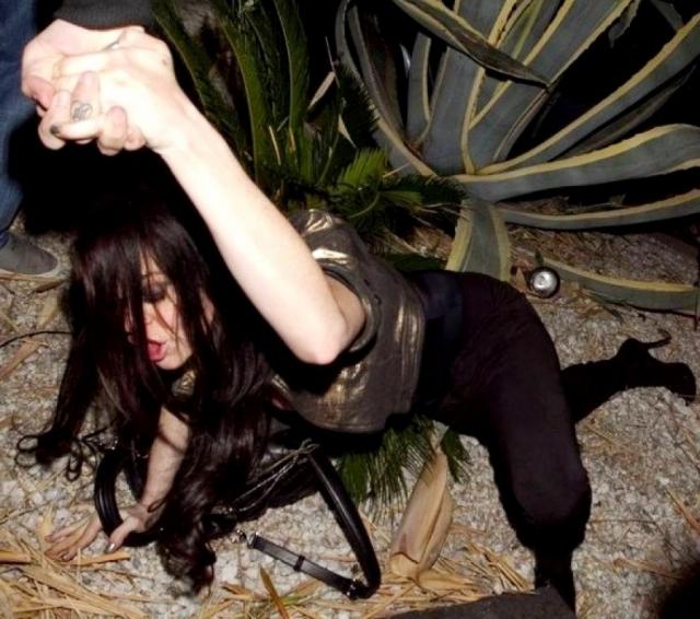 Из звездной девочки Линдсей превратилась в легкую добычу для папарацци, потому что появлялась в пьяном виде все чаще.