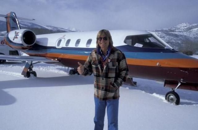 Джон Денвер . 12 октября 1997 во срок полета экспериментального самолета, на котором летел самый коммерчески успешный сольный исполнитель в истории фолк-музыки, случилась трагедия. Произошла авария, и самолет упал в океан. Джон погиб в возрасте 53 лет.