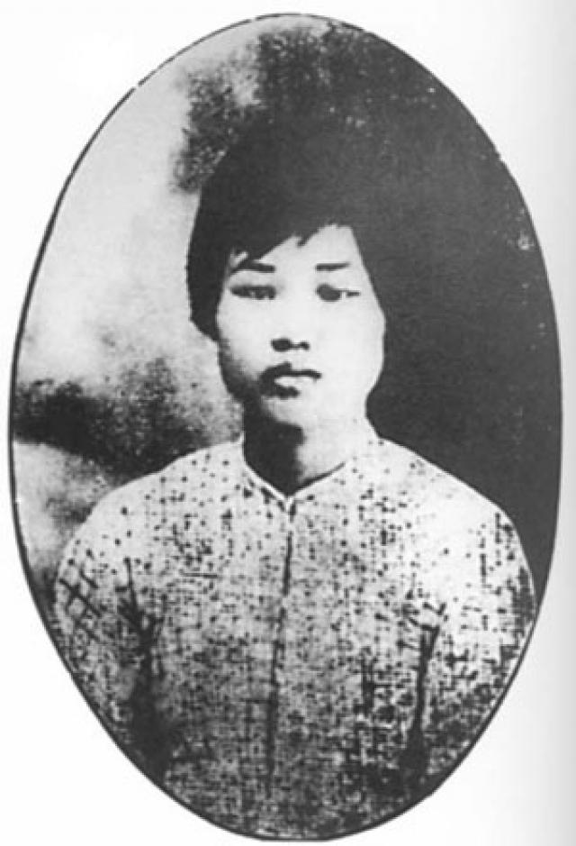 Поженились они в 1920 году, а знакомы были с 1916 года. В октябре 1930 года Ян Кайхуэй вместе с ее сыном Аньинем была похищена. Они потребовали, чтобы женщина публично отреклась от мужа и коммунистической идеологии, но та категорически отказалась это сделать.