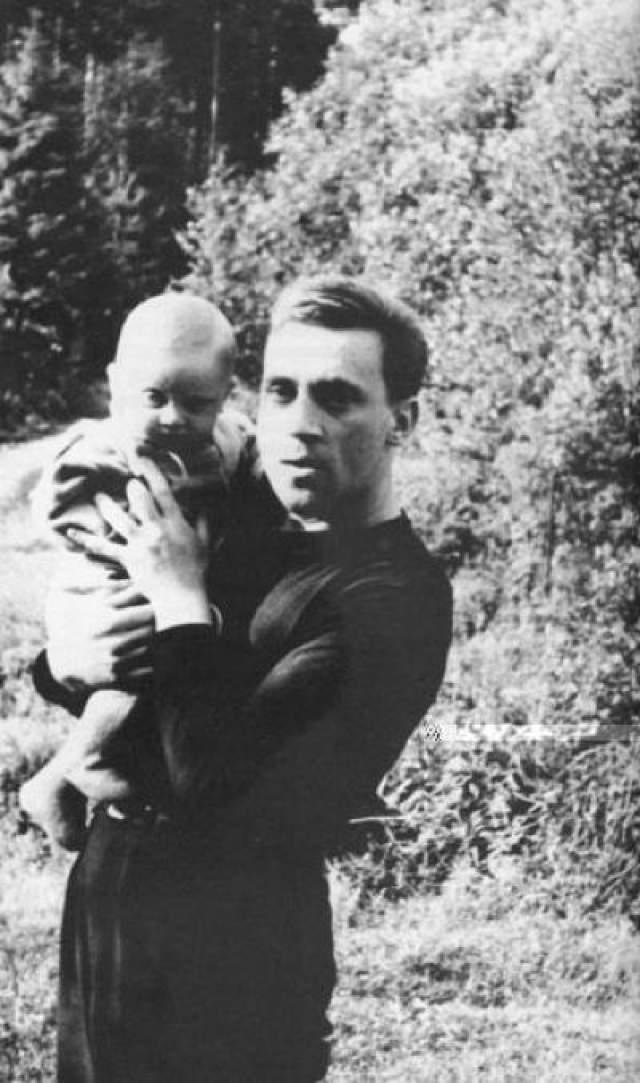 """Из воспоминаний сына Высоцкого- Аркадия: """"мама мне уже говорила, что с отцом происходит что-то странное, но я сам таким его ни разу не видел... Он прилег. Потом стал делать себе какие-то уколы - на коробках было написано что-то вроде седуксена... Он не мог попасть... Все это было ужасно... Ужасно."""" На фото: Владимир Высоцкий с сыном Аркадием на даче."""