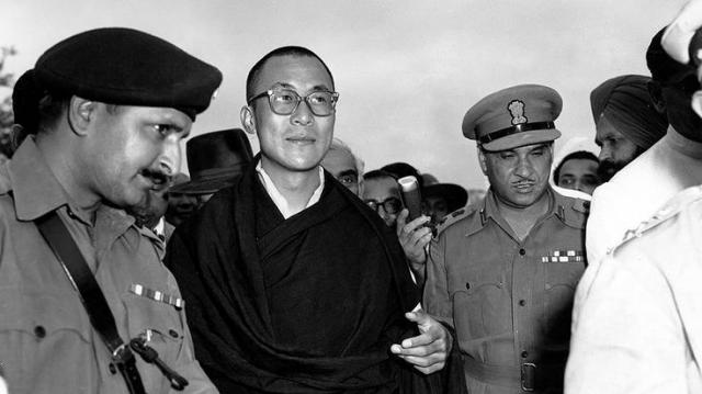 Несколько лет он старался смириться с властью КНР, но позднее все же решил покинуть свою родину, чтобы спастись от смерти.