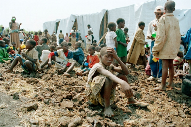 2 миллиона хуту, опасаясь расплаты за геноцид (в военизированных отрядах было 30 тысяч человек), а большинство - ответного геноцида со стороны тутси, покинули страну.