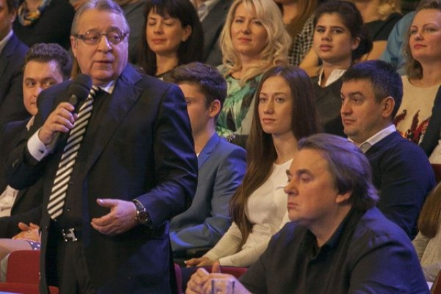 Ссоры в жюри. Хазанов однажды плеснул водой в лицо Гусмана во время финальной речи последнего. Правда, все обернулось шуткой.