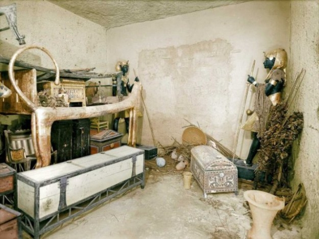 Придя в себя от увиденного обилия сокровищ, археологи поняли, что саркофаг в этих помещениях отсутствует, следовательно, должна быть ещё одна погребальная комната. Третье запечатанное помещение было обнаружено между двумя скульптурами, в золотых передниках и сандалиях, с булавами, жезлами и со священной коброй на лбу.
