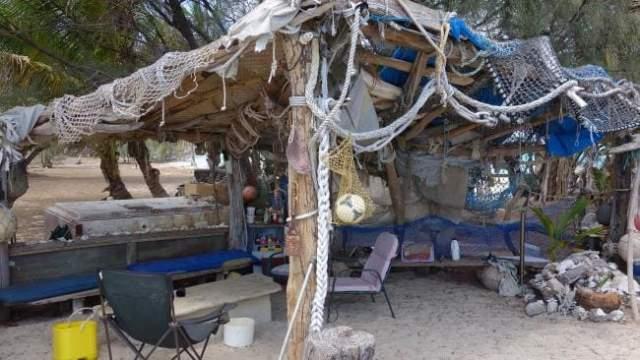 Даже пребывая в глуши, предприниматель продолжает торговать ценными бумагами через Сеть, а деньги тратит на оплату аренды острова. А чтобы на острове был интернет, мужчина установил на острове солнечные батареи для заряда компьютера и обзавелся спутниковой связью.