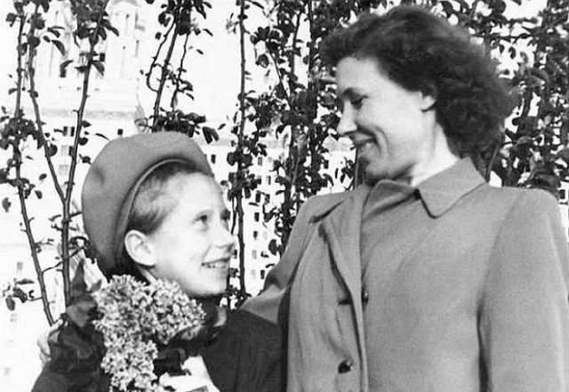 """Возможно, все это благодаря не только мужу, но и маме Елизавете Захаровне, которая говорила ей: """"Дочка, ты у меня красавица, будешь актрисой"""". Если бы не она, девочка не поверила в себя."""