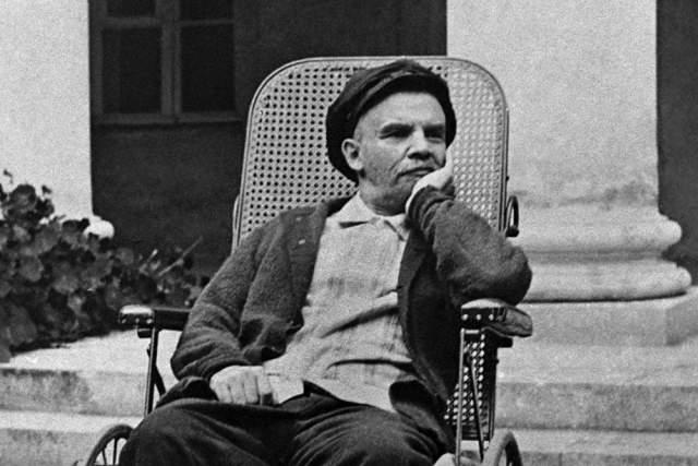 Однако в декабре 1922 года Ленину стало хуже, и его перевезли в подмосковное имение Горки, где он и скончался 21 января 1924 года.