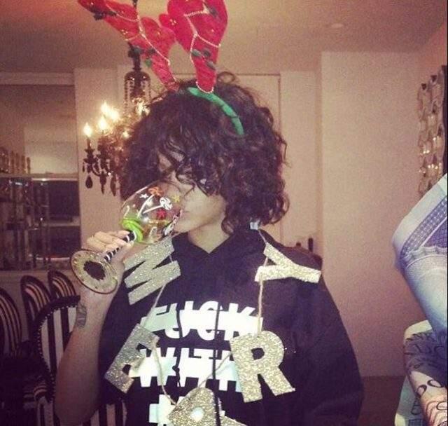 А вот так встречала Рождество певица Рианна .
