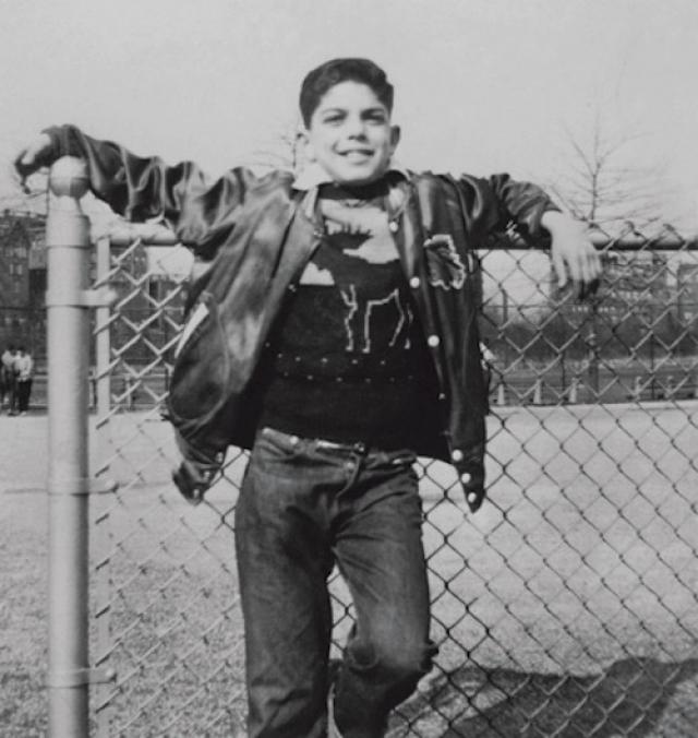 Ральф Лорен. Ральф Лившиц родился в Бронксе, в еврейской семье эмигрантов из бывшей Российской империи. Семья из шести человек жила в однокомнатной квартире в бедном нью-йоркском квартале Бронкса (среди соседей Лившицей был будущий модельер Кельвин Кляйн).