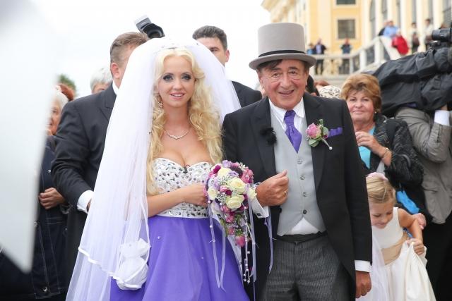 Рихард Люгнер и Кэти Шмитц (разница - 57 лет). Австрийский миллионер, прославившийся тем, что заплатил Ким Кардашьян $500 тысяч за то, чтобы она сходила с ним на бал, женился в пятый раз на юной звезде немецкого Playboy.