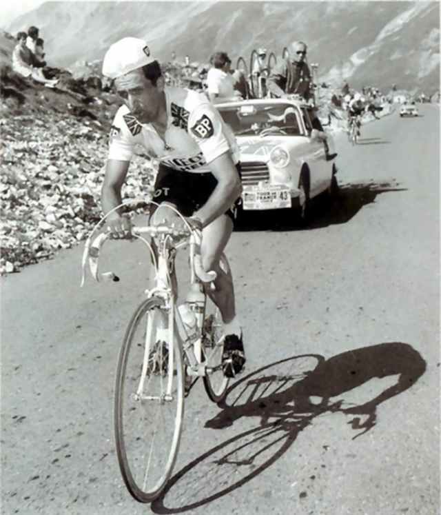 Том Симпсон (велосипедист, 29 лет). Спортсмен, который к тому моменту был чемпионом мира и обладателем бронзовой награды Олимпийских игр, скончался во время 13-го этапа Тур де Франс 1967 года на склоне горы Мон-Ванту.