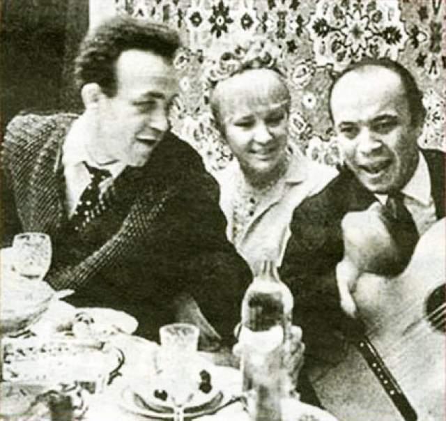 Людмила Гурченко и Иосиф Кобзон. Актриса и певец повстречались в 1964 году во Всесоюзном театральном обществе. Иосиф был очарован дамой и, добыв ее телефон, пригласи в ресторан, после чего завязался роман.