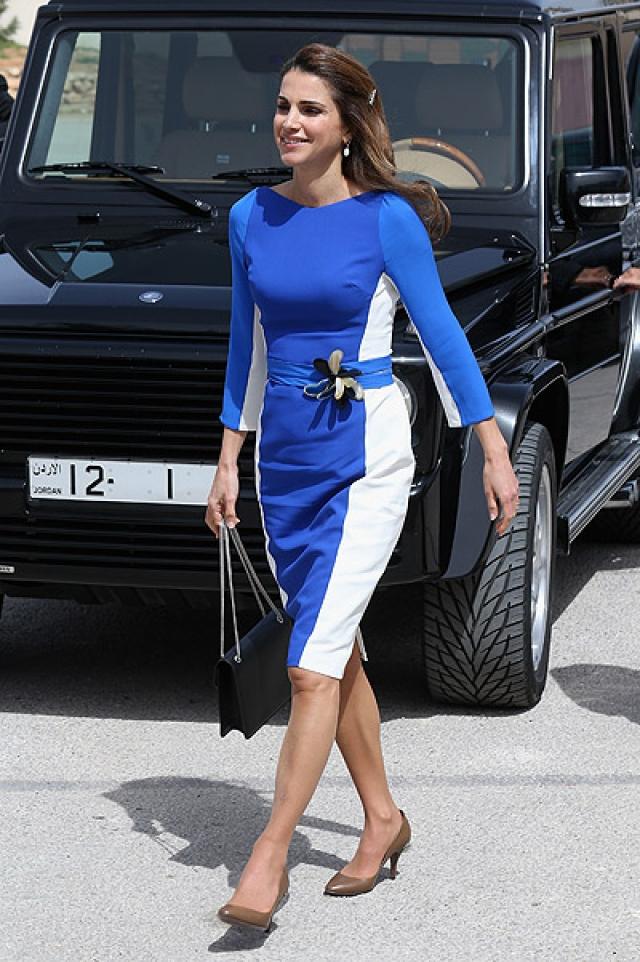 Рания не только очаровывает людей по всему миру, но и разбивает все стереотипы об арабских женщинах: появляется на публике в обтягивающих джинсах, довольно коротких юбках и на каблуках.