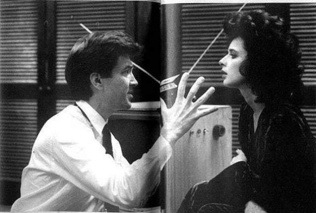 """Изабелла Росселини и Дэвид Линч Первым мужем Росселини был американский кинорессире Мартин Скорсезе, с которым она познакомилась, когда брала у лауреата премии """"Оскар"""" интервью. Влюбленные поженились в 1979-ом, а в 1982-м расстались. В 1986-м Росселини получила приглашение от Дэвида Линча на семки фильма """"Синий бархат"""". Роман с Линчем стал самым бурным романтическим приключением в ее жизни."""