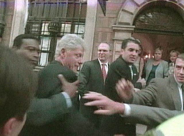 2001 год. Экс-президента США Билла Клинтона закидали яйцами во время прогулки по Варшаве. Клинтон приезжал в город на один день, чтобы выступить с платной лекцией перед польскими политиками и бизнесменами