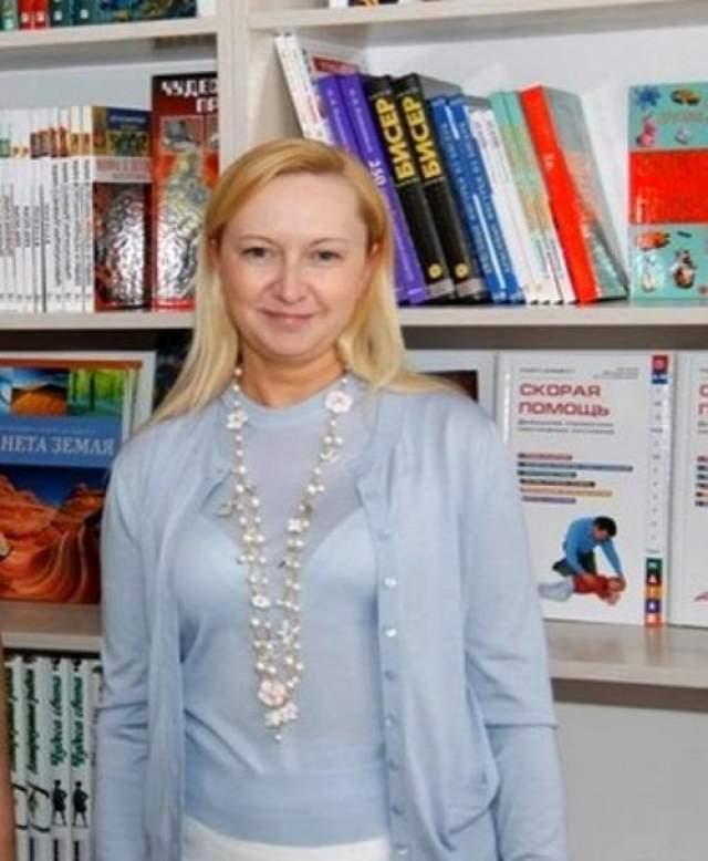 """Вторая - 39-летняя Любовь Полежай, которая родилась и выросла в Енакиево, где также родился Янукович. В 1992 году она закончила школу и переехала жить в Донецк. Полежай являлась владелицей салона Crystal SPA в Киеве и управляла благотворительным фондом под названием """"Дорога будущего""""."""