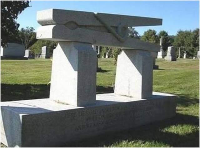 Этот надгробный камень принадлежит Джеку Кроуэллу , который владел последней фабрикой по производству деревянных прищепок в США.