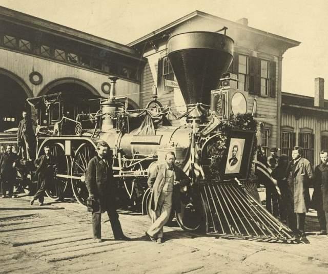 По легенде, в 1911 году трёхвагонный туристический состав выехал в очередной прогулочный рейс из Италии. В районе входа в тоннель поезд пропал вместе со всеми пассажирами, поглощенный страшным вязким туманом.
