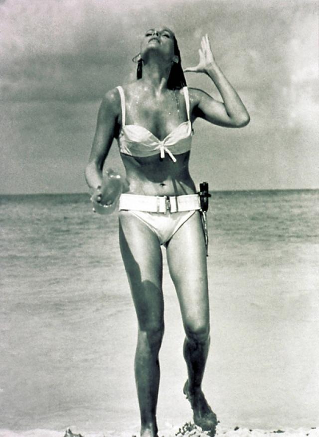 """Наряду с Джеймсом главной звездой фильма стала героиня Хани Райдер - первая """"девушка Бонда"""", которую сыграла блистательная Урсула Андресс. С тех пор """"девушка Бонда"""" стала обязательным персонажем историй про секретного агента №1."""