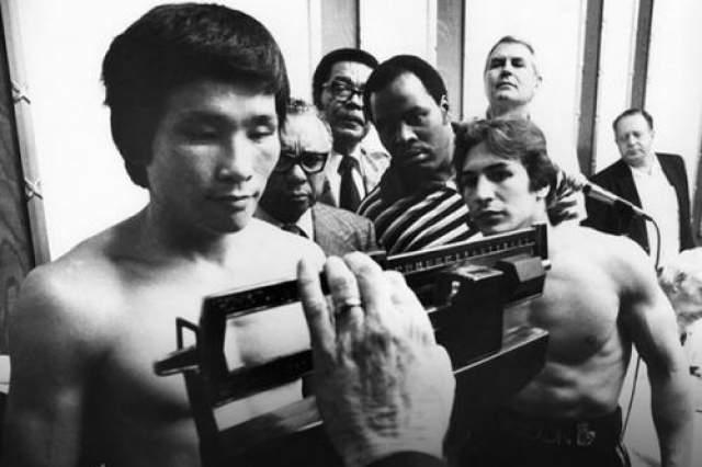 Дуд Ку Ким- Южная Корея, скончался 17 ноября 1982 года в возрасте 23 лет Самой резонансной трагедией на ринге за всю историю мирового бокса стала гибель южнокорейского боксера Дук Ку Кима в бою против известного итало-американца Рэя Манчини. После этого случая в профессиональном боксе произошло сразу несколько ключевых реформ, направленных на усиление безопасности жизни и здоровья спортсменов.