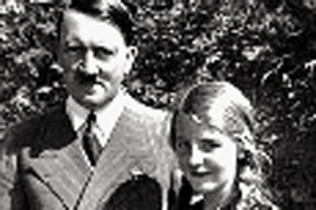 Именно в этой фотостудии произошло их знакомство с Адольфом Гитлером. На тот момент ей было 17, а Адольфу - 40 лет.