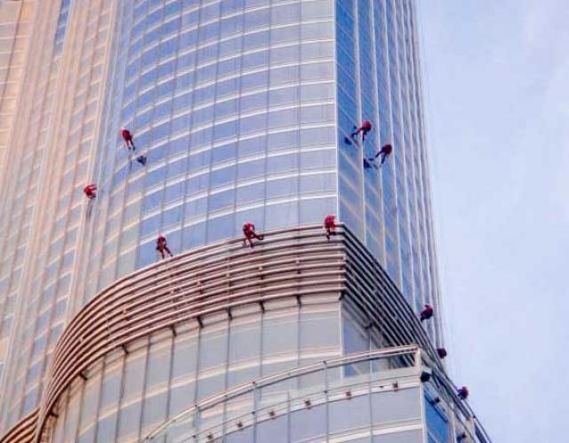 Для строительства небоскреба Бурдж-Халифа наняли 300 китайских экспертов по плакированию, чтобы они разработали плакировочную систему, способную защитить здание в дубайскую жару. Небоскреб покрывают 26000 стеклянных панелей.