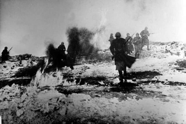 Погиб в бою под Волосово. В 1944 году враг отступал от Ленинграда, но время от времени предпринимал попытки контратаковать. Во время одной из таких контратак танковая бригада Хрустицкого угодила в ловушку.