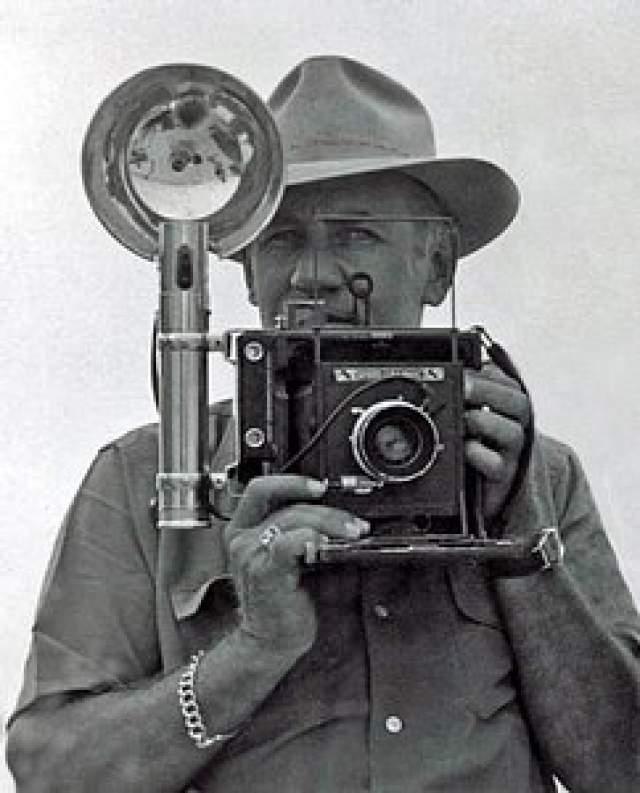 Позднее этот фотоснимок был увековечен в скульптуре на Шестой авеню Нью-Йорка. Автора кадра долгие годы считали некоего неизвестного фотографа, затем считали, что это дело рук Чарльза Клайда Эббетса, но затем опять эксперты решили, что фотограф неизвестен. Кадр был постановочным, но рабочие - самые настоящие.