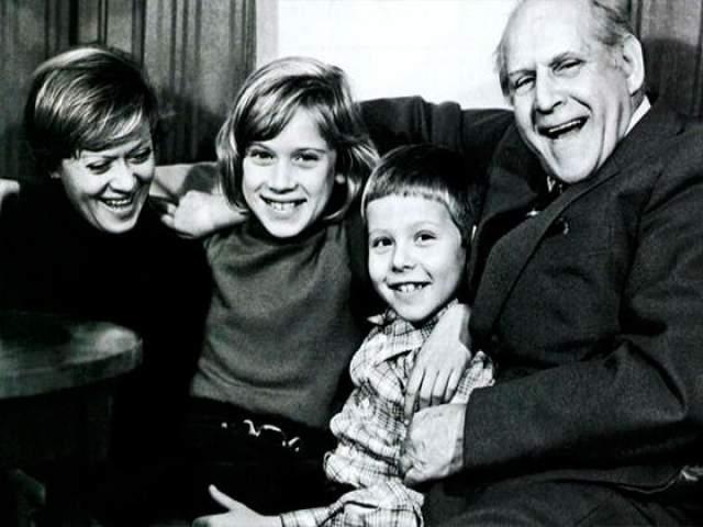 Алиса Фрейндлих с отцом и детьми.