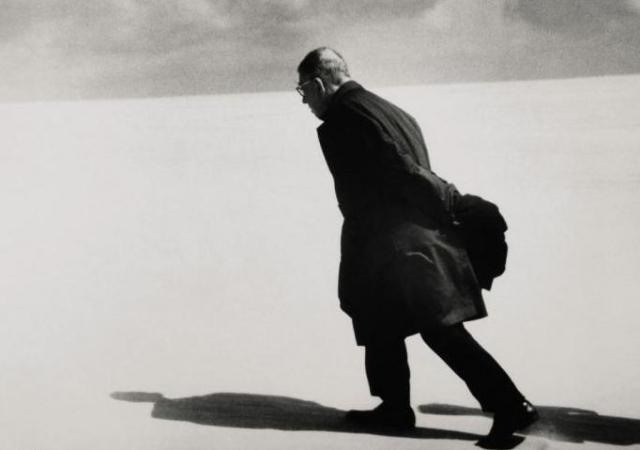 13. Сартр. Культовое фото 1965 года Антанаса Суткуса не раз появлялось на обложках мировых изданий. Тогда литовского фотографа попросили запечатлеть официальное путешествие писателя Жана-Поля Сартра. Продано за 7250 фунтов стерлингов.