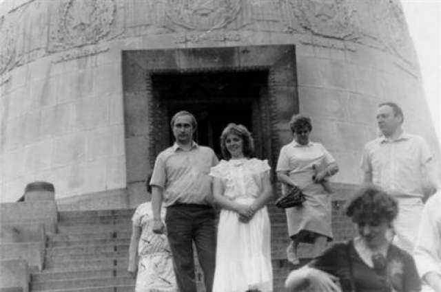 Второй ребенок - дочка Катерина - в семье будущего президента родился во время его командировки в ГДР. На фото: Владимир Путин с супругой во время командировки в ГДР в конце 1980-х