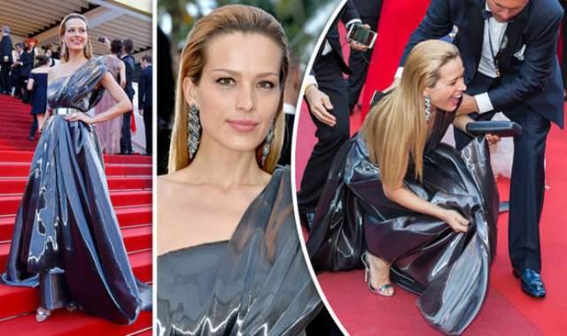 Модель из Чехии Петра Немцова пыталась изобразить, что убегает от папарацци на красной дорожке Каннского кинофестиваля, но запуталась в платье…