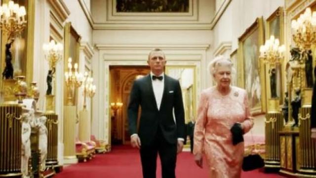 Она снялась в фильме с Джеймсом Бондом Она может чинить двигатели, она может стрелять, она знает, как обращаться с захватчиками, А ЕЩЕ она дружит с Джеймсом Бондом. Хм, похоже, королева — это тайный агент. Видео выше было снято в рамках церемонии открытия лондонской Олимпиады 2012 года. На нем Дэниел Крэйг провожает Ее Величество из Букингемского дворца в вертолет.