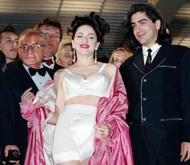 """В 1991 году Мадонна появилась в своем первом документальном фильме """"Truth or Dare"""", посвященном недавно закончившемуся концертному турне певицы."""