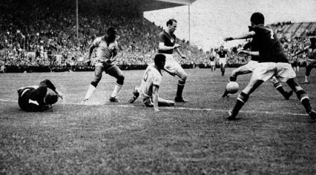 1954. Бразильцы, провалившие прошлый чемпионат, были серьезно нацелены на победу. К их несчастью, сборная Венгрии на тот момент была элементарно сильнее. От бессилия что-то изменить бразильцы начали грубить, а венгры не стали терпеть.