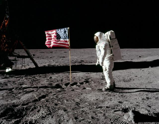 """Так, на фотографиях и видеосъемке установления на Луне экипажем """"Аполлона-11"""" флага США заметна """"рябь"""" на поверхности полотна."""