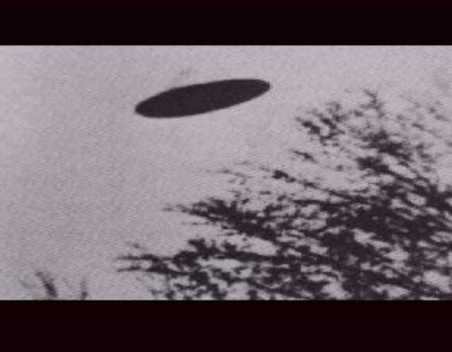 Говорят, что этот снимок, сделанный фотографом-любителем Дином Морганом, демонстрирует образ неопознанного летающего объекта в небе над Редбад, Иллинойс, 1950 год