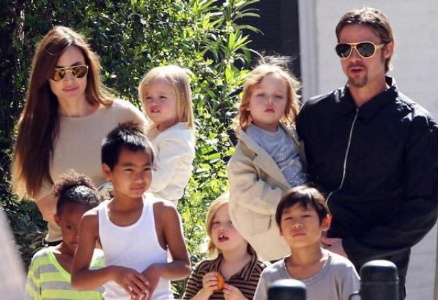 Анджелина Джоли. Пожалуй, актрису можно назвать наиболее известной многодетной мамой Голливуда: вместе с Брэдом Питтом они воспитывают шестерых детей - трех мальчиков и трех девочек. Их них трое биологических и трое приемных.