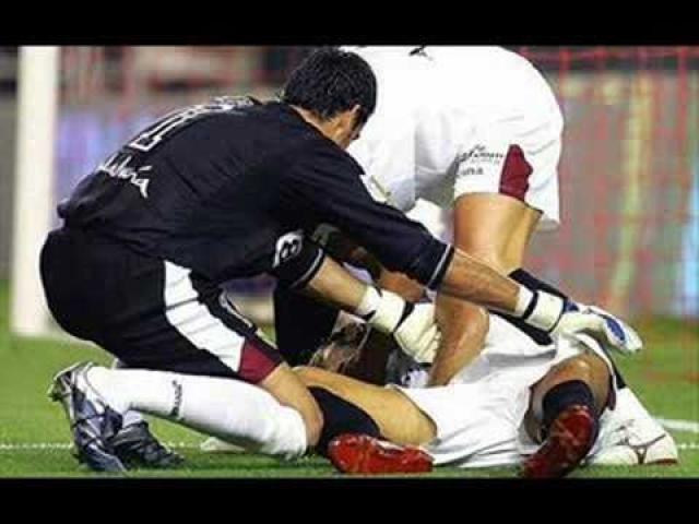 Товарищи по команде привели его в чувство и Пуэрта даже смог подняться с газона и самостоятельно покинуть пределы поля.
