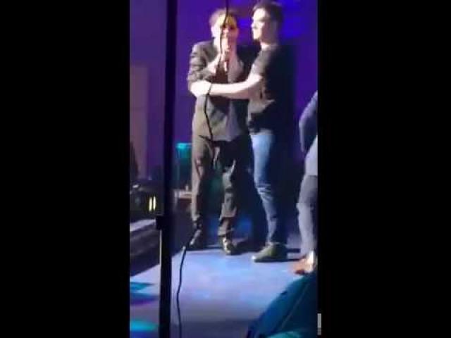 Григорий Лепс , будучи на гастролях в Ростове, практически падал со сцены, но микрофон из рук не выпустил. Вот что значит профессионализм!