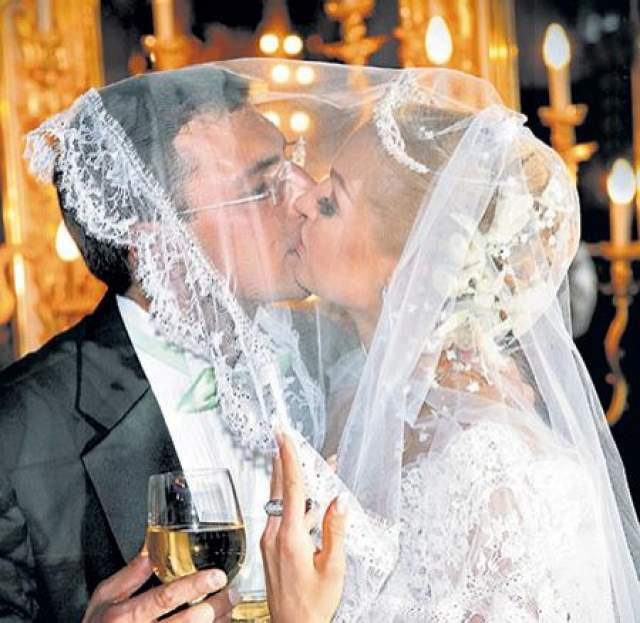 """Тридцать седьмой день рождения Анастасии Волочковой мог стать фееричным праздником, если бы не скандал с Игорем Вдовиным - экс-возлюбленным балерины. После торжества именинница в своем микроблоге поблагодарила Вдовина за подарок - шикарное платье, в котором она была. Ответ бизнесмена был неожиданно жестким: """"Ты что-то путаешь. Я не дарил тебе платье. И прошу оставить меня в покое""""."""