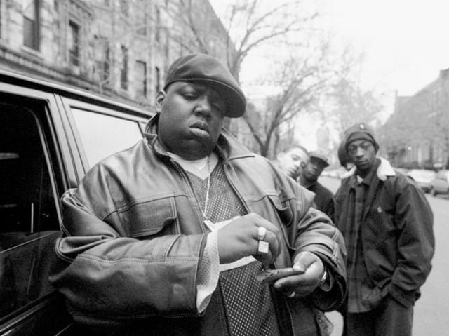 """Ноториус Биг (Notorious B.I.G.). Еще один прославленный американский рэпер. Он дебютировал мультиплатиновым альбомом """"Ready To Die"""". Музыкант умер 9 марта 1997 от полученных ран, после того, как его машину обстреляли из проезжавшего мимо автомобиля."""