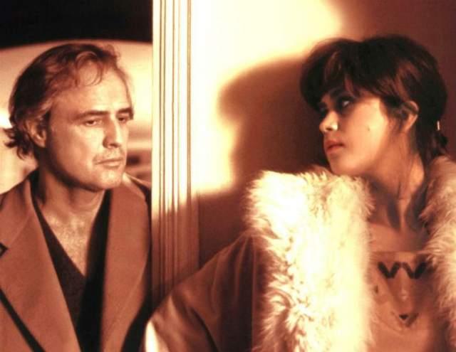 """Когда Брандо было уже под пятьдесят, режиссер Бернардо Бертолуччи предложил ему роль интеллигента Поля в картине """"Последнее танго в Париже"""", который под маской циника прятал скорбь по умершей жене и вдруг полюбил юную деву. По сюжету девушка выстрелила в него и бросила умирать на балконе необжитой квартиры. То же случилось с ним и в жизни..."""