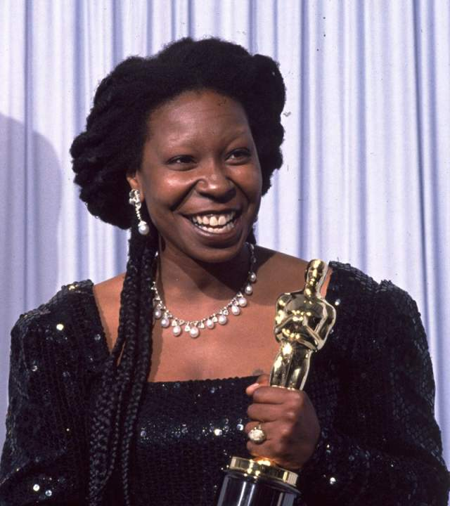 """И пусть путь звезды не был усыпан розами, она действительно всего добилась, как ей обещала мама. И даже несмотря на отсутствие образование, Вупи собрала целую коллекцию наград, в том числе """"Грэмми"""", """"Оскар"""" и """"Эмми""""."""